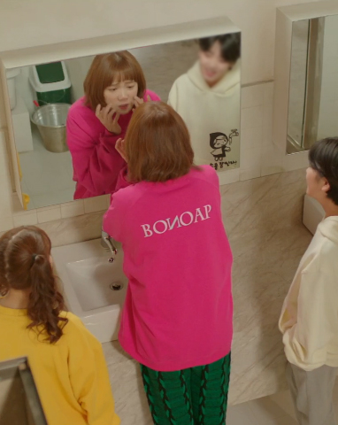 모델 이성경 (pink wide sweatshirts)